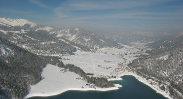 Panoramica aerea Achensee sotto manto neve