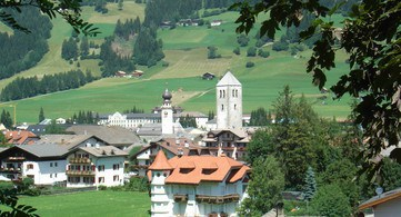 San Candido immersa bellezza catene rocciose Dolomiti