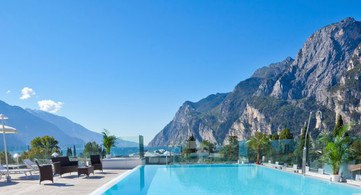 Schwimmbad Hotel Kristal Palace Gardasee